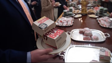 Celebrities invite Clemson Tigers to dinner after White House burger fest