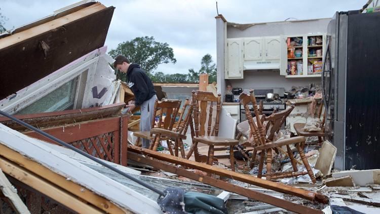 Tornado sweeps through suburban Chicago, causes damage
