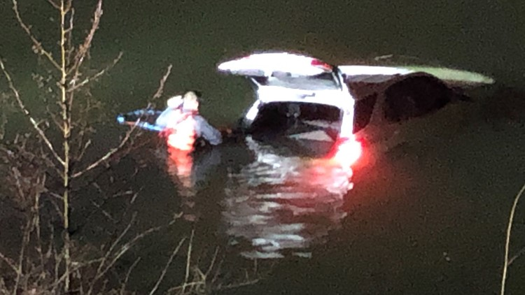Car plunges into Des Peres lake, driver seen running away
