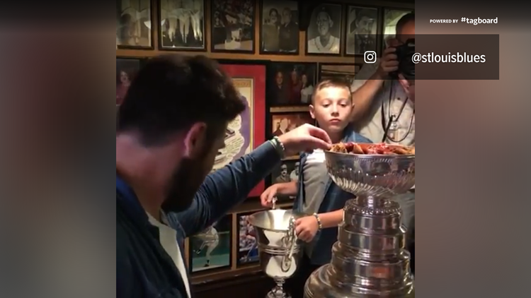 Pat Maroon, Laila Anderson eat toasted ravioli out of the Cup