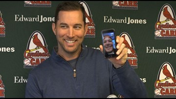 Yadier Molina 'crashes' Adam Wainwright's press conference