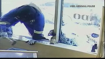 Jewelry store workers pull swords on would-be robbers