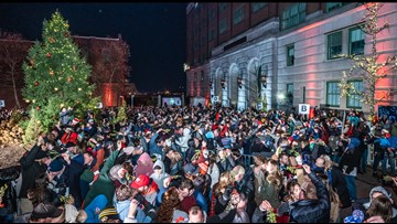 St. Louis couples help break records for 'most couples kissing under the mistletoe'