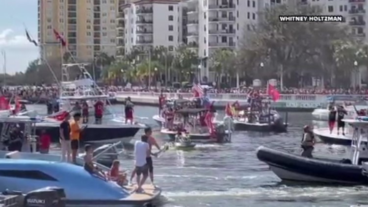 WATCH: Buccaneers quarterback Tom Brady tosses Vince Lombardi Trophy to another boat during celebratory parade